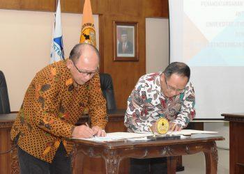 TANDA TANGAN: Rektor Unsoed, Suwarto (kiri) dan kepala LAPAN, Thomas Djamaluddin memandatangani perjanjian kerjasama di Ruang Rapat Senat Gedung Rektorat Unsoed, Rabu (26/2). (SM/dok)