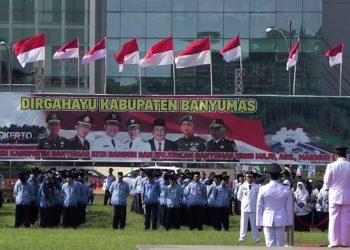 PERINGATAN HUT BANYUMAS: Bupati Achmad Husein memimpin upacara peringatan HUT ke-449 Kabupaten Banyumas, di Alun-alun Purwokerto, Sabtu (23/2). (SM/dok Humas Pemkab Banyumas-20)