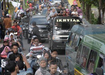 TERSENDAT: Arus lalu lintas tersendat akibat membludaknya pengunjung Lokawisata Baturaden pada masa liburan, beberapa waktu lalu. (SM/Dian Aprilianingrum-52)