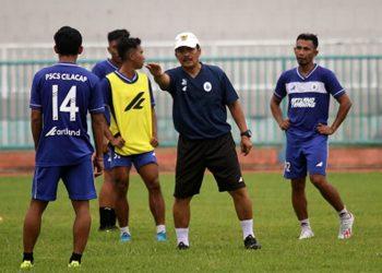 INSTRUKSI-Pelatih PSCS Jaya Hartono (bertopi) memberi instruksi pada pemain dalam latihan menghadapi Liga 2. (SM/dok).
