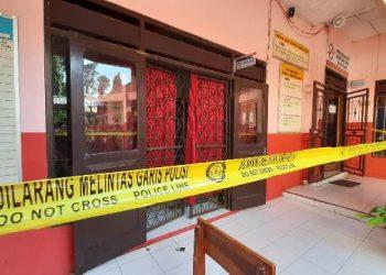 PASANG GARIS: Polisi memasang garis polisi di SD 1 Pancurendang, Kecamatan Ajibarang yang diketahui menjadi lokasi pencurian, Sabtu (28/2) pagi.