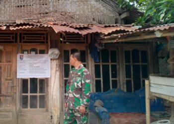 RENOVASI RUMAH: Babinsa Sikampuh, Pelda Agus Supriyadi sebagai anggota Satgas TMMD Kodim 0703/Cilacap sedang mengecek kondisi rumah Hermanto yang akan direnovasi.(-)