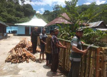 PASANG PAGAR: Para warga merampungkan pemasangan pagar di Kompleks Masjid Saka Tunggal Desa Cikakak, Kecamatan Wangon kemarin siang.(SM/Susanto-)
