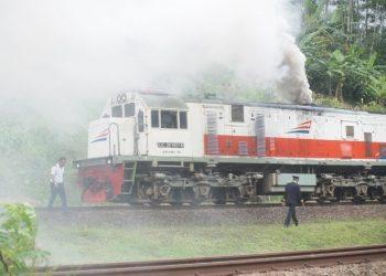 BERASAP TEBAL: Lokomotif KA Bogowonto jurusan Yogyakarta-Jakarta mengeluarkan asap tebal dan berhenti di jalur ganda tepatnya di Desa Kranggan, Kecamatan Pekuncen, Senin (23/3) siang.