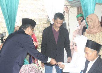 AKAD NIKAH:Salah satu prosesi akad nikah yang berlangsung di rumah salah satu warga di Kabupaten Banyumas.(SM/Budi Setyawan)