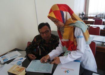 MENGISI SENSUS : Petugas sensus online dari BPS Banyumas mendampingi pengisian sensus penduduk online. (SM/Puji Purwanto)