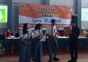 BERINTERAKSI: Generasi muda FKUB Banyumas, Dimas Indianto yang juga moderator kegiatan Dopokan Bareng FKUB Goes to School saat berinteraksi dengan siswa SMA 1 Ajibarang, Selasa (3/3).