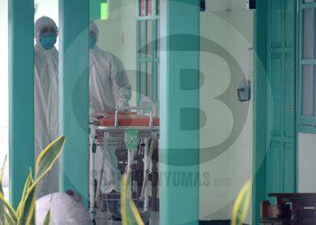 ISOLASI PASIEN: Dua orang petugas medis yang mengenakan pakaian hazard meninggalkan ruang isolasi RSUD Banyumas, Rabu (4/3). RSUD Banyumas merawat 2 orang pasien yang memiliki faktor resiko terkena korona. (SM/Dian Aprilianingrum-20)