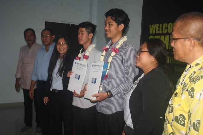 MAHASISWA KAMBOJA:Acara penyambutan mahasiswa asal negara Kamboja (pegang stopmap) yang akan kuliah di SWU (STMIK Widya Utama), Sabtu (29/2).(20) (SM/Budi Setiawan)