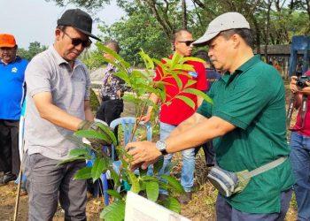 TANAM BIBIT POHON: Bupati Banyumas Achmad Husein mendapat jatah menanam bibit pohon, sekaligus menandai dimulai penanaman sekitar 3 ribu bibit pohon di lokasi eks TPA Gunung Tugel, jumat (13/3).(SM/Agus Wahyudi)