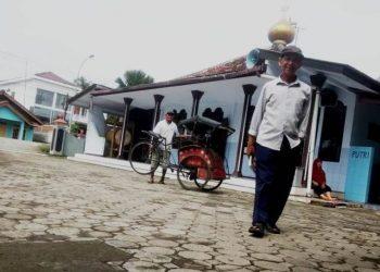 HADIRI PELUNCURAN BUKU: Sastrawan Ahmad Tohari, usai turun dari becak menuju tempat peluncuran buku Sastra Pinggiran di Balai Desa Tinggarjaya, Kecamatan Jatilawang, Sabtu (7/3).(SM/Susanto)