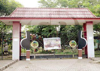 DITUTUP :Spanduk dipasang di gerbang Taman Andhang Pangrenan Purwokerto yang tertutup rapat, Senin (30/3). Sejumlah objek wisata ditutup sebagai upaya antisipasi penyebaran virus Covid-19.(SM/Dian Aprilianingrum-60)