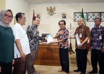 SERAHKAN APD: Bupati Banjarnegara Budhi Sarwono menyerahkan bantuan Aat Pelindung Diri (APD) tenaga kesehatan secara simbolis kepada 3 rumah sakit di Banjarnegara, untuk menangani pasien korona, Kamis (19/3).(SM/Castro Suwito-52)