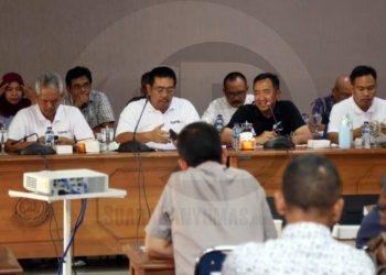 RAPAT KOORDINASI: Bupati Cilacap, Tatto Suwarto Pamuji bersama para pejabat di jajaran Pemkab Cilacap sedang melakukan rapat koordinasi pencegahan virus Korona.(SM/Agus Sukaryanto-52)