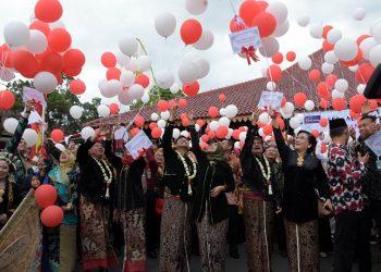 LEPAS BALON: Bupati Banyumas, Achmad Husein, bersama Forkompimda dan 143 pasangan pengantin melepas balon ke udara usai pelaksanaan sidang isbat di halaman Pendapa Si Panji Purwokerto, Jumat (28/2). (SM/Dian Aprilianingrum)