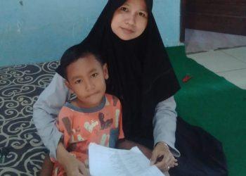 KUNJUNGI SISWA: Guru MI Maarif NU 1 Kranggan, Kecamatan Pekuncen kunjungi siswanya yang sedang belajar di rumah di saat pandemi korona mendera.(SM/dok)