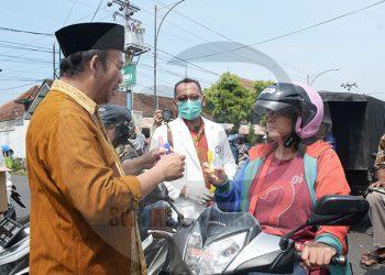 BAGIKAN HAND SANITIZER : Bupati Banyumas Achmad Husein dan Ikatan Apoteker Indonesia (IAI) Cabang Banyumas membagikan botol penyanitasi tangan (hand sanitizer), kepada pengendara yang melintas di Jalan Jendral Soedirman Purwokerto, Kamis (19/3).(60) (SM/Dian Aprilianingrum)
