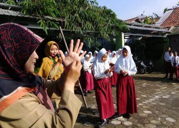 CUCI TANGAN : Para siswa MI Maarif NU 1 Kranggan mendapat sosialisasi cara mencuci tangan yang baik dan benar oleh petugas kesehatan dari Puskesmas Pekuncen. (SM/dok)