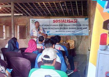 SOSIALISASI: Kasi Pencegahan dan Kesiapsiagaan BPBD Banjarnegara, Andri Sulistyo memberikan sosialisasi alat peringatan dini longsor Elwasi buatan staf BPBD yang kini mulai diproduksi masal.(SM/Castro Suwito-60)