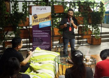 "DIALOG BAHASA INGGRIS: Peserta berdialog dengan bahasa Inggris bersama fasilitator Nageeb Gounjaria pada diskusi interaktif Philosophy Cafe bertema ""What Is Love?"" yang digelar Yayasan BIJAK Pendidikan Filosofi, Jakarta, di Society Coffee House Purwokerto, Sabtu (29/2). (SM/Nugroho PS-60)"