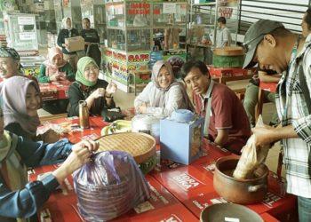 BERTEMU ANGGOTA FPB : Anggota DPR dari Fraksi PKB asal Banyumas, Siti Mukaromah bertemu dengan sejumlah anggota Forum Peduli Banyumas (FPB), di Pasar Manis Purwokerto, Minggu (8/3) sore.(SM/dok)