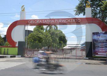 GOR DITUTUP : Pintu gerbang kompleks GOR Satria Purwokerto ditutup, aktivitas olahraga di tempat itu dihentikan sementara. (SM/Dian Aprilianingrum-52)