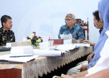 RAPAT KOORDINASI: Wakil Bupati Banjarnegara Syamsudin memimpin rapat koordinasi Tim Pengendali Inflasi Daerah (TPID) bersama OPD dan lembaga terkait untuk mengevaluasi tingkat inflasi Kabupaten Banjarnegara selama tahun 2019.(SM/Castro Suwito-52)