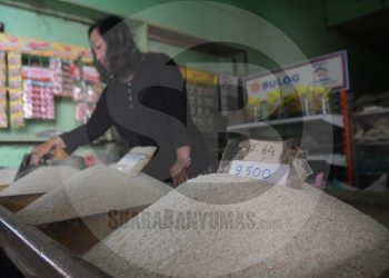 MENUNGGU PEMBELI : Pedagang beras di Pasar Wage Purwokerto, menunggu pembeli. Beras menjadi salah satu komoditas yang telah mendorong laju inflasi Purwokerto. (SM/Dian Aprilianingrum)
