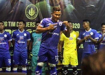KOSTUM: Striker PSCS Syaiful Bahri menunjukan kostum musim 2020, saat launching tim Hiu Selatan, kamis (12/3) malam. (SM/dok).