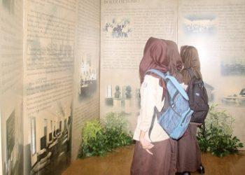 PAMERAN : Sejumlah murid SMK di Kabupaten Banyumas membaca narasi sejarah berdirinya Boedi Oetomo dalam pameran yang digelar di rumah dinas eks Bakorwil III di Purwokerto.(20) (SM/Budi Setiawan)