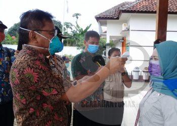 SM/Teguh Hidayat Akbar CEK SUHU TUBUH : Petugas medis mengecek suhu tubuh seorang perantau mudik di Pendapa Kecamatan Karangpucung,  Kabupaten Cilacap, Rabu (18/3).(60)