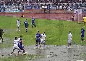 GENANGAN AIR:Karena hujan deras, air menggenang di beberapa bagian lapangan Stadion Wijayakusuma, sehingga pemain kedua tim tak bisa mengembangkan permainan. SM(Budi Hartono-60)