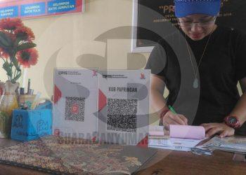 MENCATAT TRANSAKSI : Kasir mencatat transaksi yang menggunakan QRIS di KUB Pringmas Desa Papringan,Kecamatan Banyumas, beberapa waktu lalu. (SM/Nugroho Pandhu)