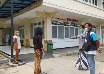 RUANG PERAWATAN : Direktur RSUD Prof Dr Margono Soekarjo Purwokerto, dr Tri Kuncoro MMR (dua dari kanan) beserta staf meninjau ruang perawatan Edelweis yang sedang disiapkan untuk ruang isolasi, kemarin.(52) (SM/dok)