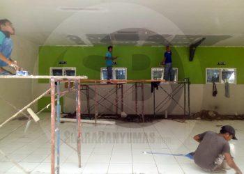 RUANG ISOLASI: Sejumlah pekerja sedang mengebut renovasi tempat parkir mobil untuk dijadikan ruang isolasi pasien terduga penyakit virus korona (Covid-19) di RSI Banjarnegara.(SM/Castro Suwito-60)