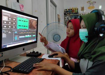 MENGEDIT FILM: Para siswa PKL mengedit film, di Rumah Belajar Sangkanparan, Cilacap, Jumat (20/3). (SM/dok)