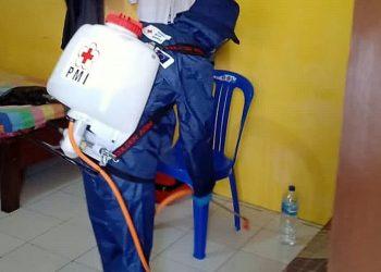 PENYEMPROTAN MESS PSCS: Petugas Dinas Kesehatan Cilacap melakukan penyemprotan desinfektan di mess PSCS Cilacap, kemarin. (SM/dok)