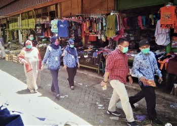 SOSIALISASI CORONA : Anggota DPRD Purbalingga turun ke Pasar Segamas Purbalingga untuk menyosialisasikan waspada Corona pada pedagang dan pengunjung, Selasa (17/3).(SM/dok)