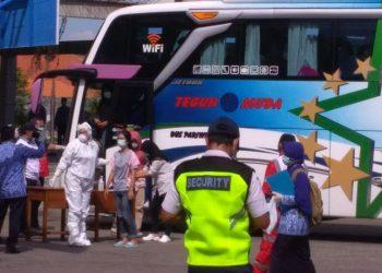 PULANG AWAL :  Siswa SMA 2 Cilacap pulang lebih awal dari studi tour Bali. (SM/Agus Sukaryanto)