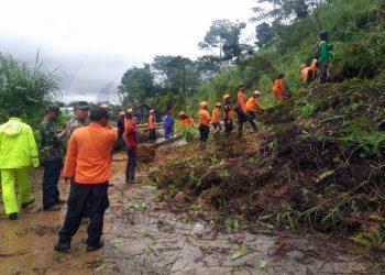 MENUTUP JALAN: Tebing longsor menutup jalan provinsi penghubung Banjarnegara - Pekalongan di Desa/Kecamatan Karangkobar sehingga menghambat akses kendaraan dari dua arah selama beberapa waktu.(SM/Castro Suwito-52)