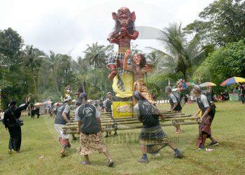 MENGARAK OGOH-OGOH: Peserta pawai budaya mengarak ogoh-ogoh pada Tawur Agung Kesanga di Desa Kliting, Kecamatan Somagede, Banyumas, tahun lalu. Tahun ini, agenda tersebut ditiadakan.(SM/Dian Aprilianingrum-52)