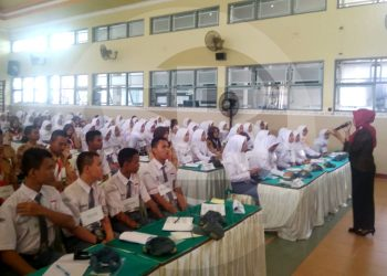 IKUTI KEGIATAN:Para siswa di salah satu SMA di Kabupaten Banyumas mengikuti sebuah kegiatan yang dilaksanakan di aula sekolah tersebut.(SM/Budi Setyawan-20)