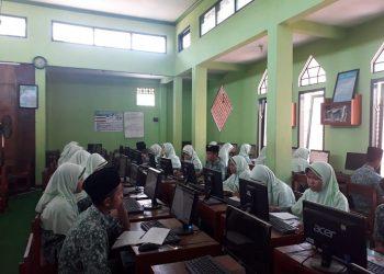 SIMULASI UJIAN : Sejumlah siswa di salah satu MTs di Kabupaten Banyumas mengikuti kegiatan simulasi ujian berbasis komputer, beberapa waktu lalu.(20) (SM/dok)