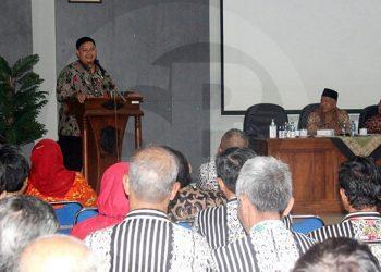 RAPAT KOORDINASI: Kepala Dinas Kesehatan Banjarnegara dr Ahmad Setiawan memberikan sambutan pada rapat koordinasi Tim Pembina UKS Banjarnegara. (SM/Castro Suwito-52)
