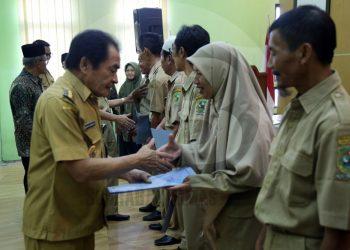 BAGIKAN ZAKAT: Bupati Budhi Sarwono membagikan zakat kepada pegawai di lingkungan Dinas Pendidikan Pemuda dan Olahraga Banjarnegara.(SM/Castro Suwito-52)