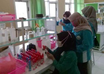 PRODUKSI SENDIRI : Tim STIKes Ibnu Sina Ajibarang, Kabupaten Banyumas tengah memproduki hand sanitizer di laboratorium beberapa waktu lalu. Hand sanitizer tersebut dibagikan gratis ke instansi yang ada di Ajibarang dan sekitarnya. (SM/dok)