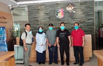 USAI diperiksa, sejumlah saksi dari pihak pelaor (Yarusi) Cilacap, berfoto bersama di depan ruang Direskrimum Unit 3 Subdit 2, Senin (20/4) sore.
