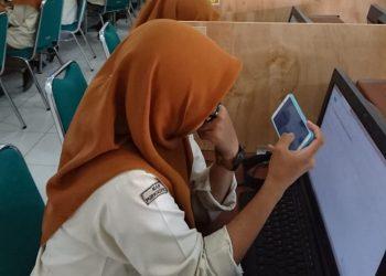 PEMBELAJARAN DARING:Sejumlah murid di salah satu madrasah aliyah yang ada di Kabupaten Banyumas mengikuti kegiatan pembelajaran secara daring (dalam jaringan).(SM/Budi Setyawan)