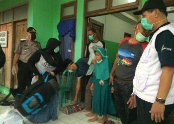 PULANG: Keluarga pasien Covid-19 yang sudah dinyatakan negatif pulang ke rumah di Desa Kracak, Kecamatan Ajibarang, Banyumas, Jumat (3/4) .(SM/dok)