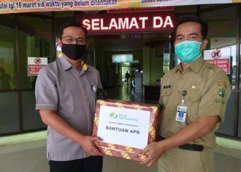 SERAHKAN APD : Perwakilan dari KCP BPJamsostek Banjarnegara menyerahkan APD kepada RSUD Banjarnegara. (dok BPJS Ketenagakerjaan Purwokerto)